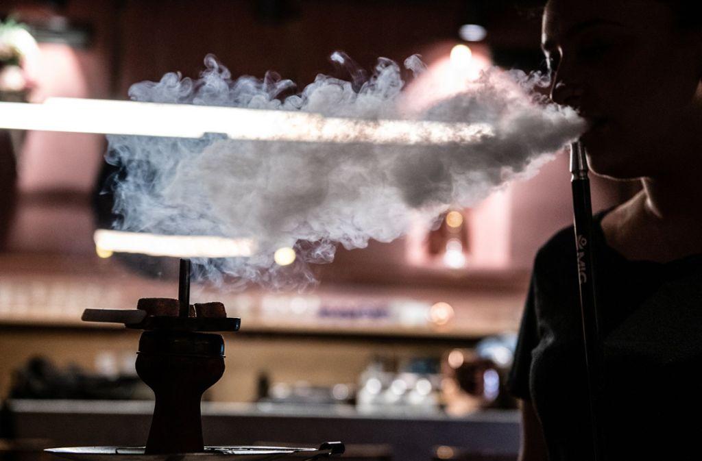 In Shisha-Bars gab es laut Polizei mehrfach Verstöße gegen die Corona-Verordnungen des Landes Baden-Württemberg. (Symbolbild) Foto: dpa/Paul Zinken
