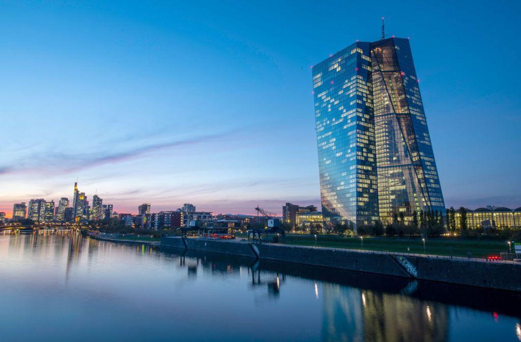 Die Lichter in den Büros der Europäischen Zentralbank in Frankfurt am Main. Foto: dpa/Boris Roessler