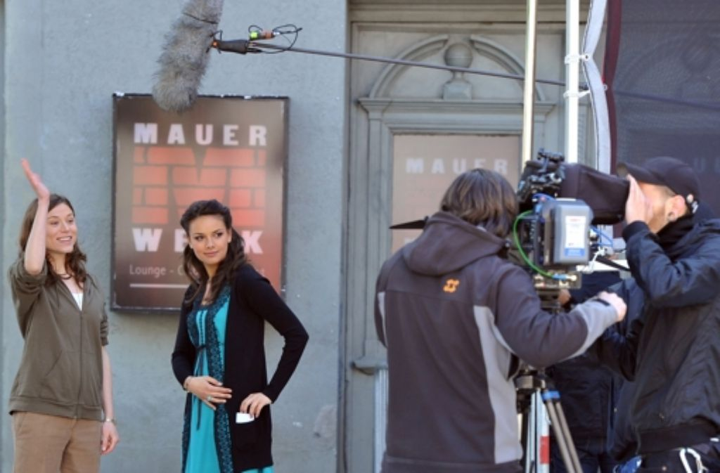 Mit Gute Zeiten, schlechte Zeiten geht es bei RTL weiter - hier Janina Uhse (Zweiter von links) und Lena Ehlers (links) bei Dreharbeiten einer Folge der RTL-Soap. Foto: dpa