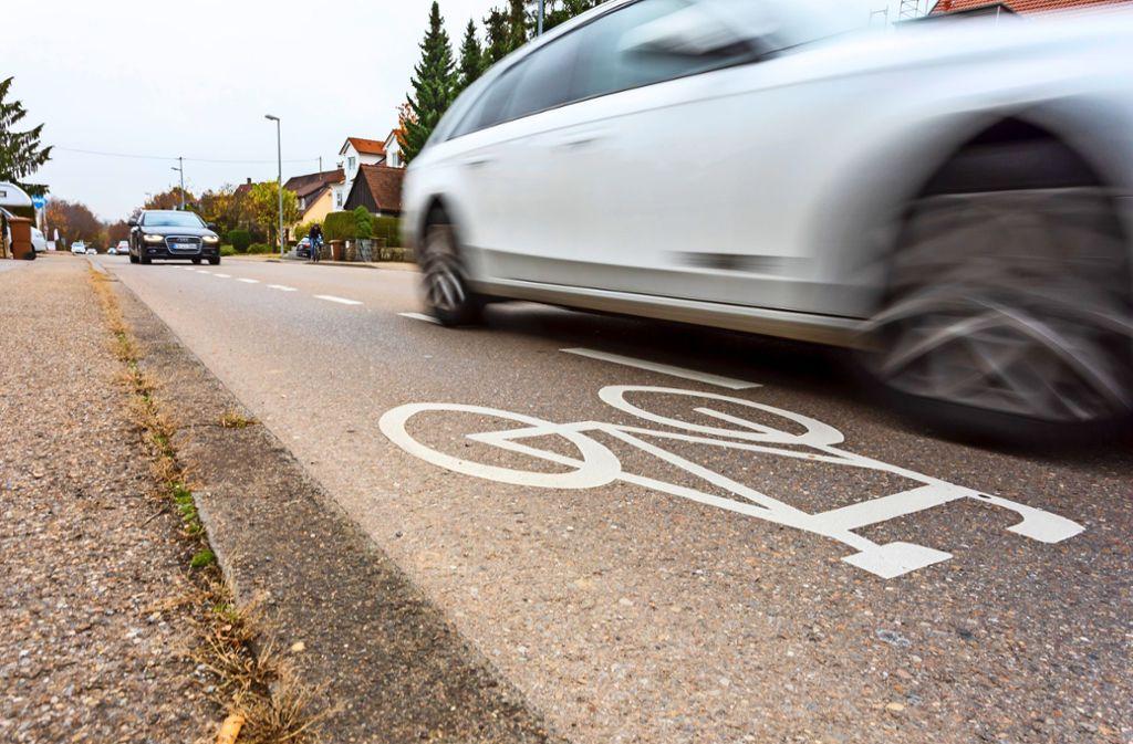Bei Gegenverkehr darf ein Autofahrer die gestrichelte Linie des Radschutzstreifens überfahren – solange er keinen Radfahrer gefährdet. Unter anderem aufgrund dieser Regelung gelten die Streifen wegen der Sicherheit der Radler als umstritten. Foto: Thomas Krämer