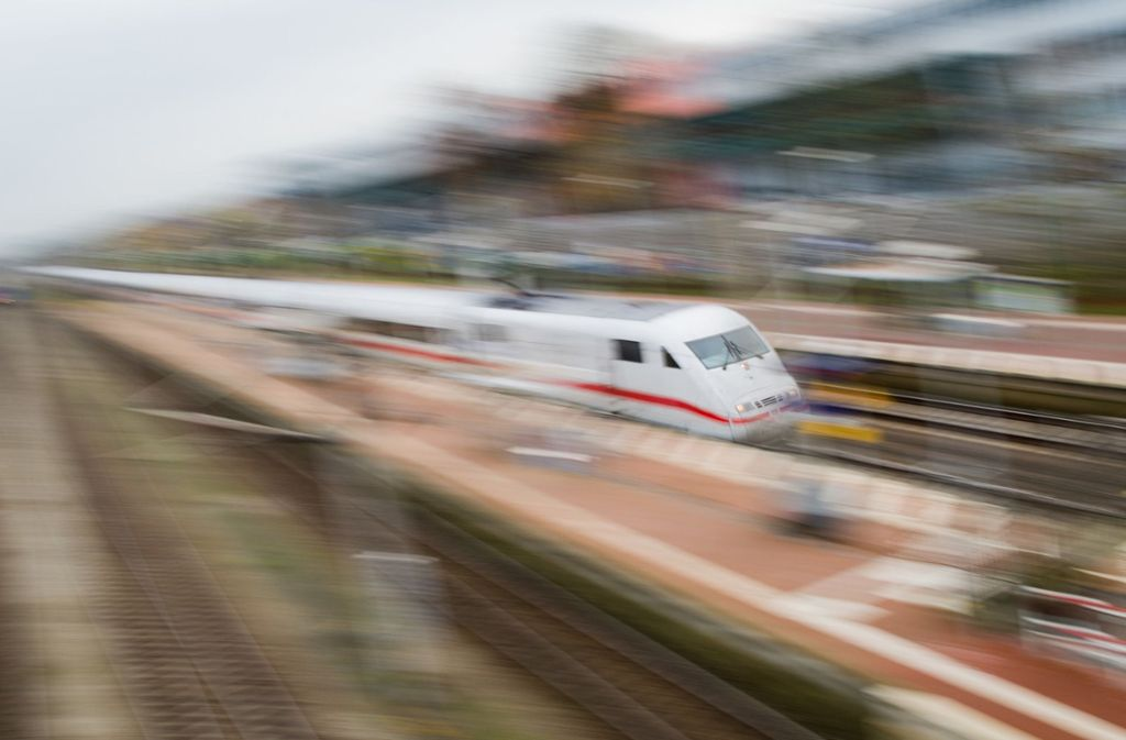 Ein ICE hat eine Frau beim Überqueren der Gleise erfasst (Symbolbild). Foto: dpa