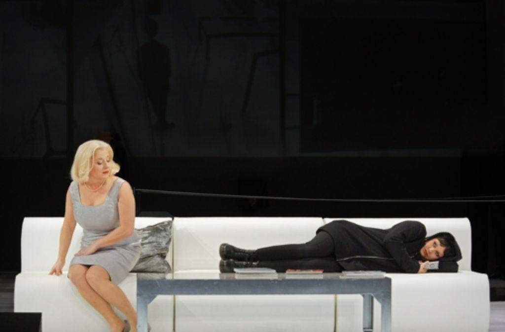 Herausragend in ihren Partien: Claudia Mahnke als Herodias  (links) und Simone Schneider als Salome Foto: A.T.  Schaefer