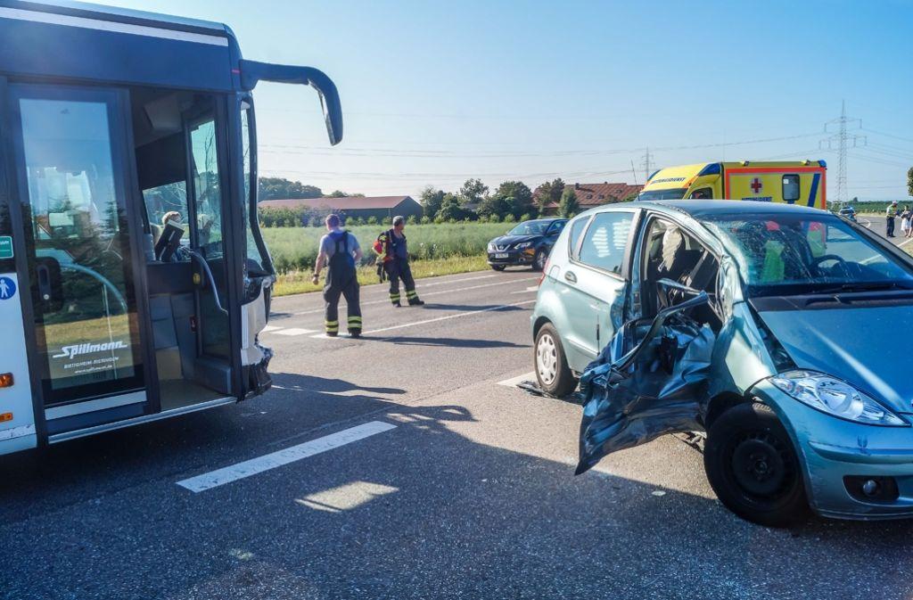 Auf der L 1107 zwischen Bietigheim-Bissingen und Löchgau kracht ein Mercedes in einen entgegenkommenden Linienbus. Die Beifahrerin wird eingeklemmt. Foto: SDMG