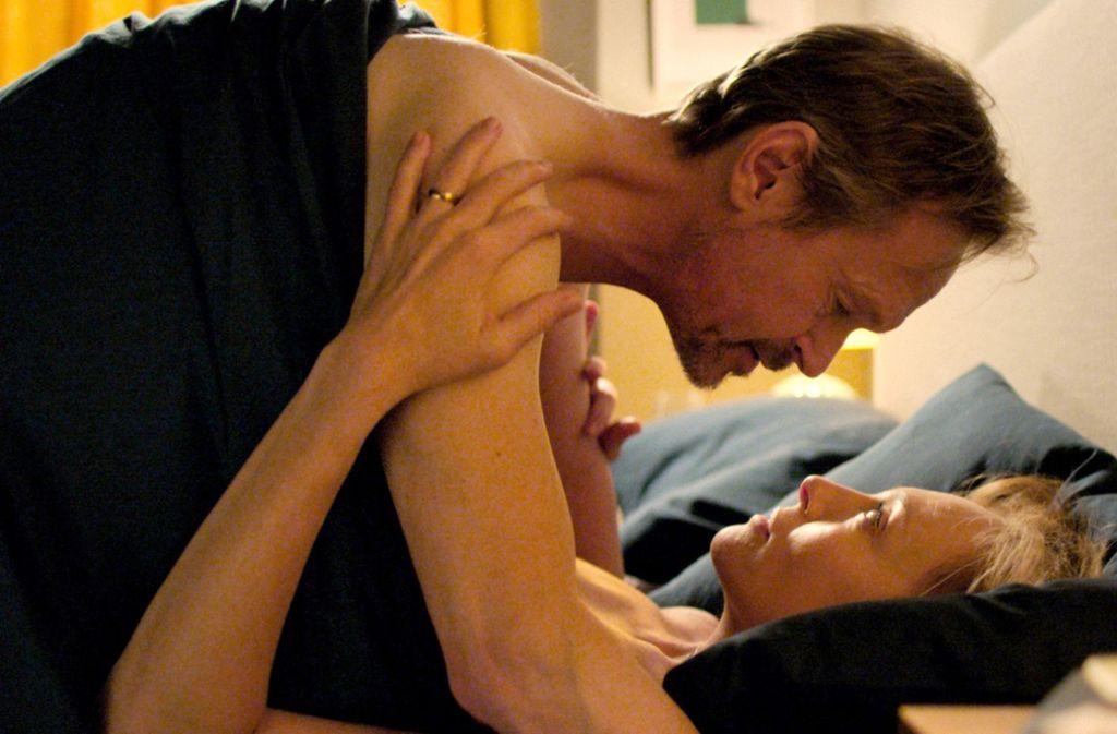 Joy (Toni Collette) und Alan (Steven Mackintosh) wollen Spaß haben. Das klappt ganz gut – bis Joy Alan auf seine Technik anspricht. Foto: Netflix