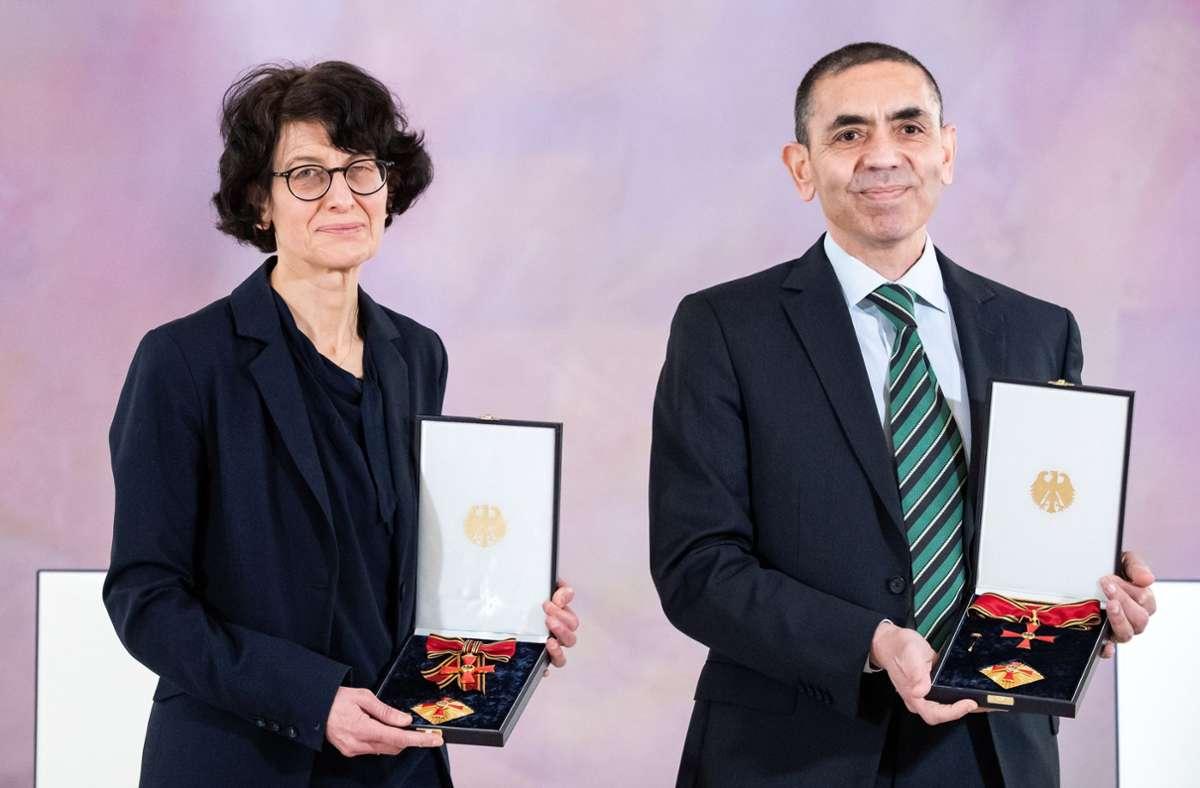 Die Biontech-Gründer Özlem Türeciund Ugur Sahin wurden mit dem Bundesverdienstkreuz geehrt. Foto: epd/Bernd von Jutrczenka