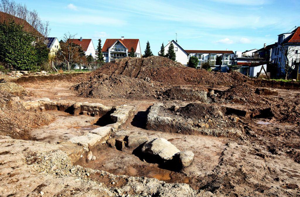 Bei den Mauerresten handelt es sich wohl um alte Schuppen. Foto: Horst Rudel