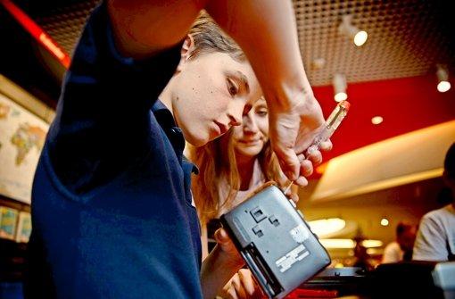 Der elfjährige David nimmt für seinen Roboter einen alten Walkman auseinander Foto: Gottfried Stoppel