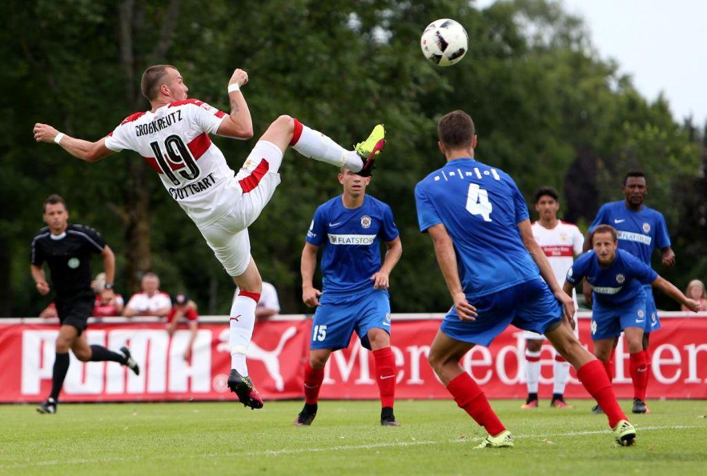 Artistisch erzielte Kevin Großkreutz das 1:0 beim Kantersieg gegen den FC Brünn. Am Ende stand es 4:0 für Stuttgart. Foto: Pressefoto Baumann