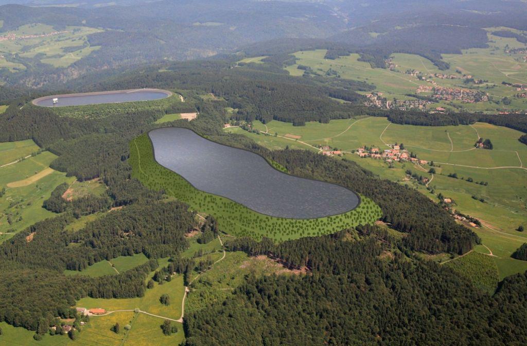 In unmittelbarer Nachbarschaft des bestehenden Hornbergbeckens (hinten) soll auf dem Abhau ein zweites, noch größeres Becken entstehen. Dort steht momentan noch Wald. Foto: Schluchseewerk