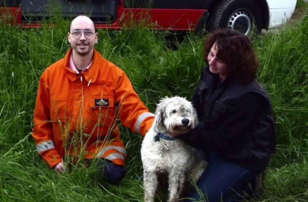 Der gerettete Hund mit seiner Besitzerin. Foto: privat