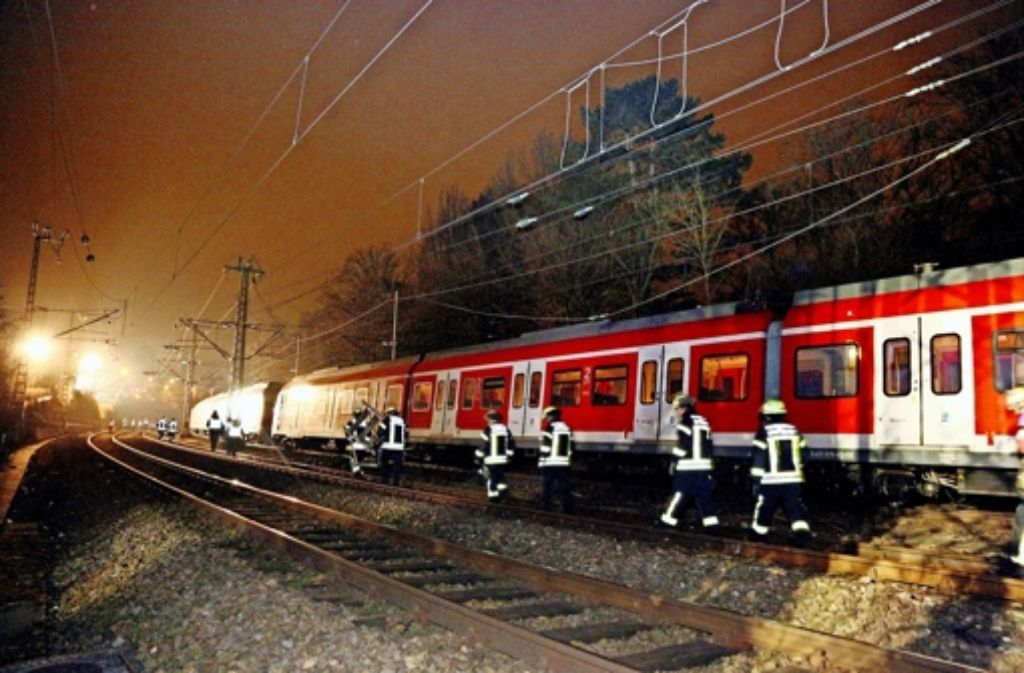 Die gerissene Oberleitung hängt auf dem S-Bahn-Zug. Foto: 7aktuell.de/Oswald