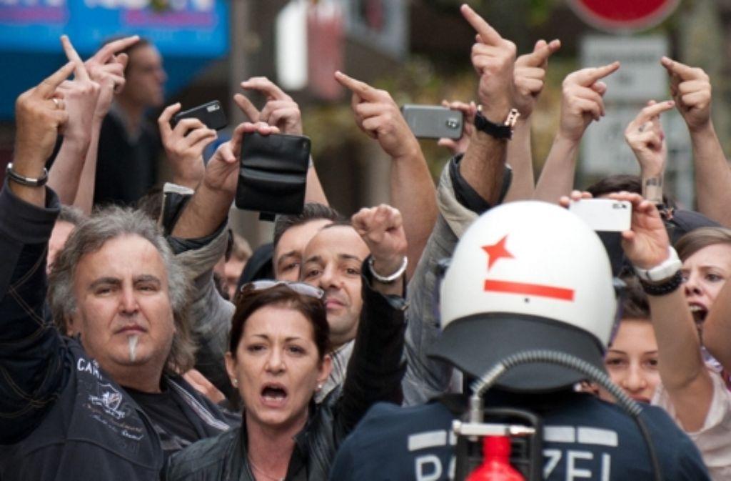 Mit ihren Handykameras haben viele Nazigegner versucht, angebliche Gewaltakte der Polizei zu filmen. Foto: dpa