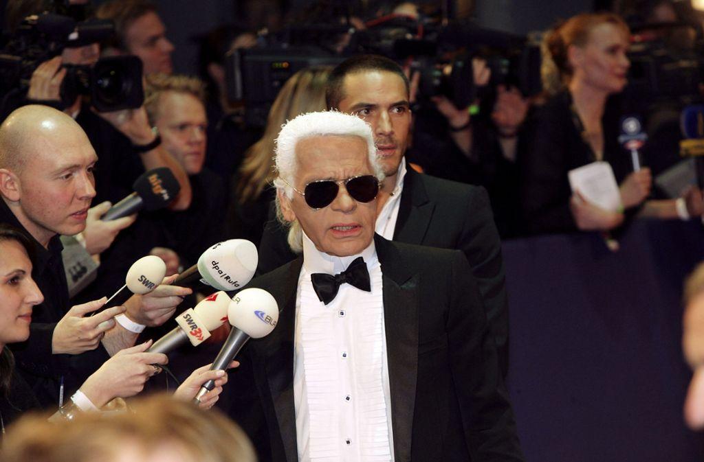 2006 war Karl Lagerfeld in Stuttgart bei der Bambi-Verleihung im Mercedes-Museum von Kameras und Mikrofonen umringt. Foto: Zweygarth