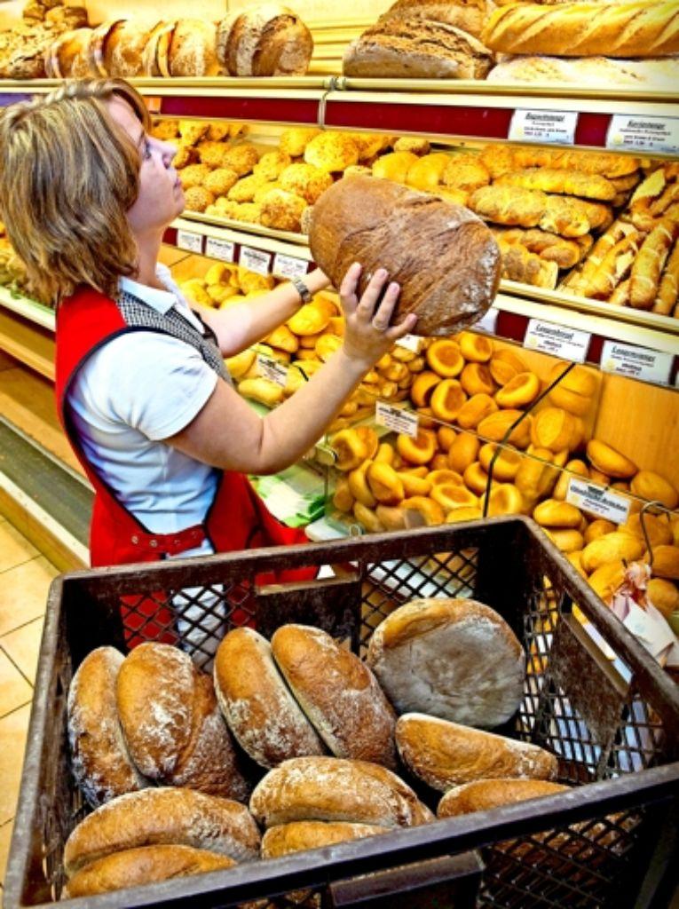 Bei vielen Bäckereien sei es üblich, dass das Bestücken der Brotbackautomaten oder der Regale nicht Teil der Arbeitszeit ist, beklagt die Gewerkschaft NGG. Foto: dpa