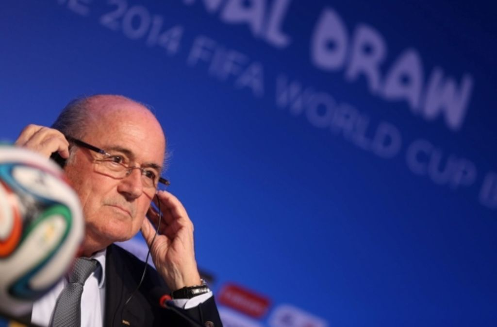 Die Fifa lässt sich nicht lumpen: Für den Gewinner der Weltmeisterschaft 2014 in Brasilien gibt es ein Rekord-Preisgeld von 25,6 Millionen Euro. (Foto: Fifa-Präsident Sepp Blatter.) Foto: dpa