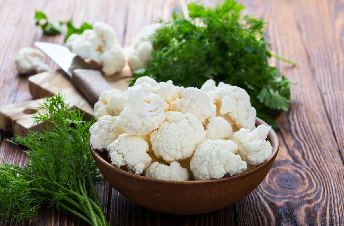 Blumenkohl lässt sich vielseitig zubereiten. Wir zeigen Ihnen, wie Sie ihn richtig kochen und welche Kochzeiten die einzelnen Garmethoden haben. Foto: Istetiana / Shutterstock.com