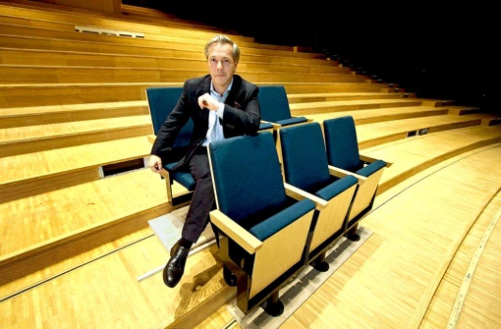 Der Geschäftsführende Intendant Hendriks testet die neuen Stühle. Foto: factum/Weise