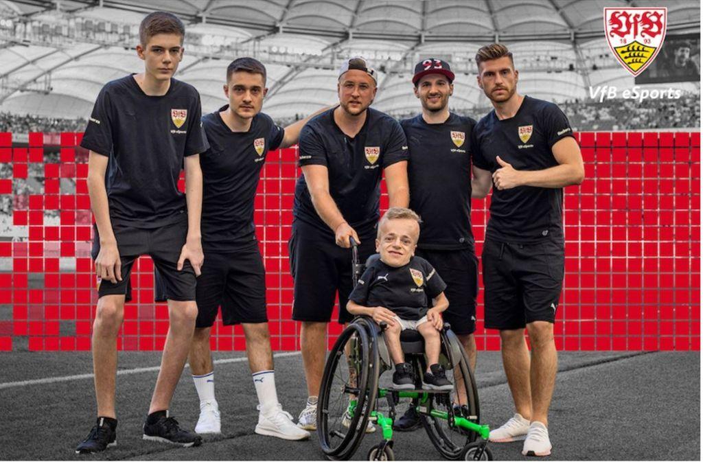 """Lukas """"Lukas_1004"""" Seiler (links), Marcel """"Marlut"""" Lutz (Zweiter von links) und Erhan """"Dr. Erhano"""" Kayman (Zweiter von rechts) haben für das E-Sports-Team des VfB den zweiten Platz geholt. Foto: VfB Stuttgart"""