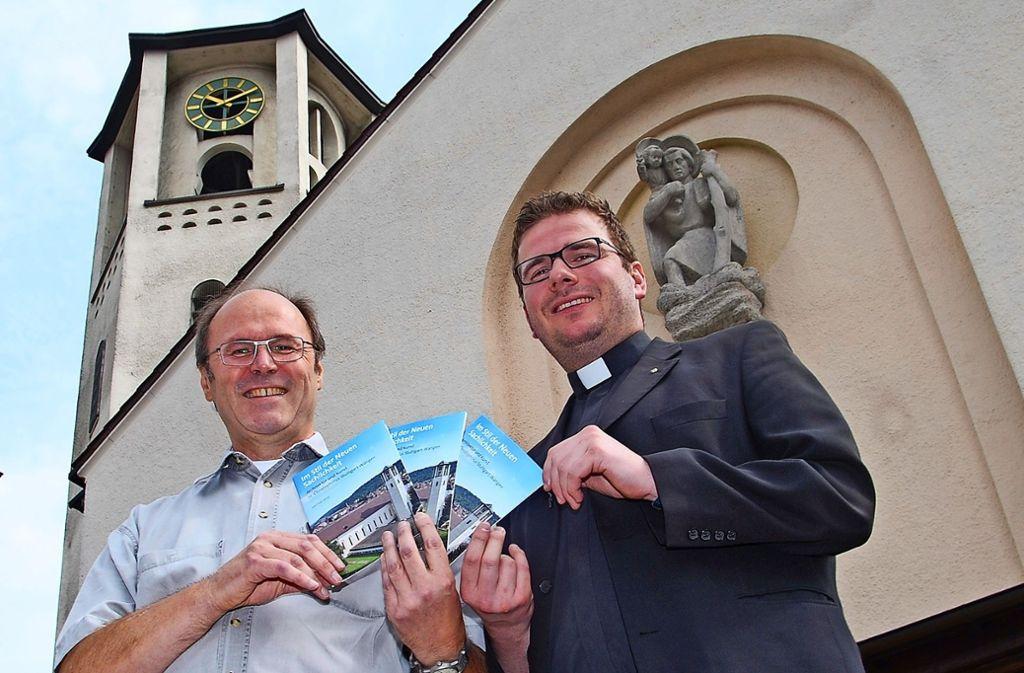 Autor Fred Heine (links) und Pfarrer Andreas Gälle präsentieren den neuen Kirchenführer   über die St.Christophorus-Kirche in Wangen. Foto: Mathias Kuhn