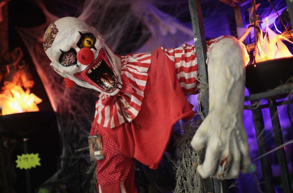 Nicht lustig: Menschen in Clownkostümen greifen Passanten an. Foto: AFP