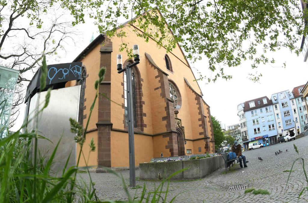 Die Leonhardskirche am Leonhardsplatz in Stuttgart – hier entblößte sich der Exhibitionist. (Archivbild) Foto: dpa