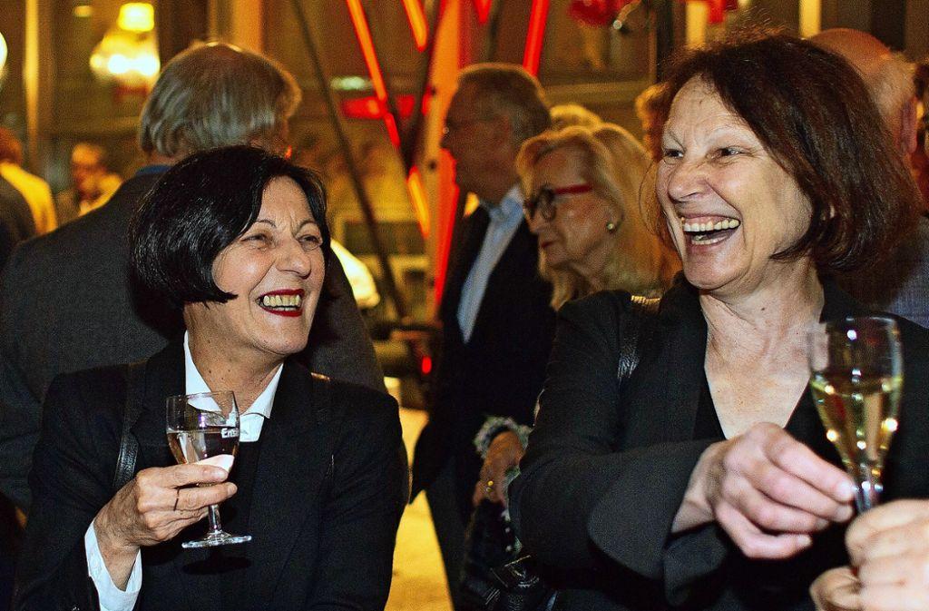 Die Nobelpreisträgerin Herta Müller spricht mit der Leiterin der Esslinger Stadtbücherei, Gudrun Fuchs. Foto: Horst Rudel