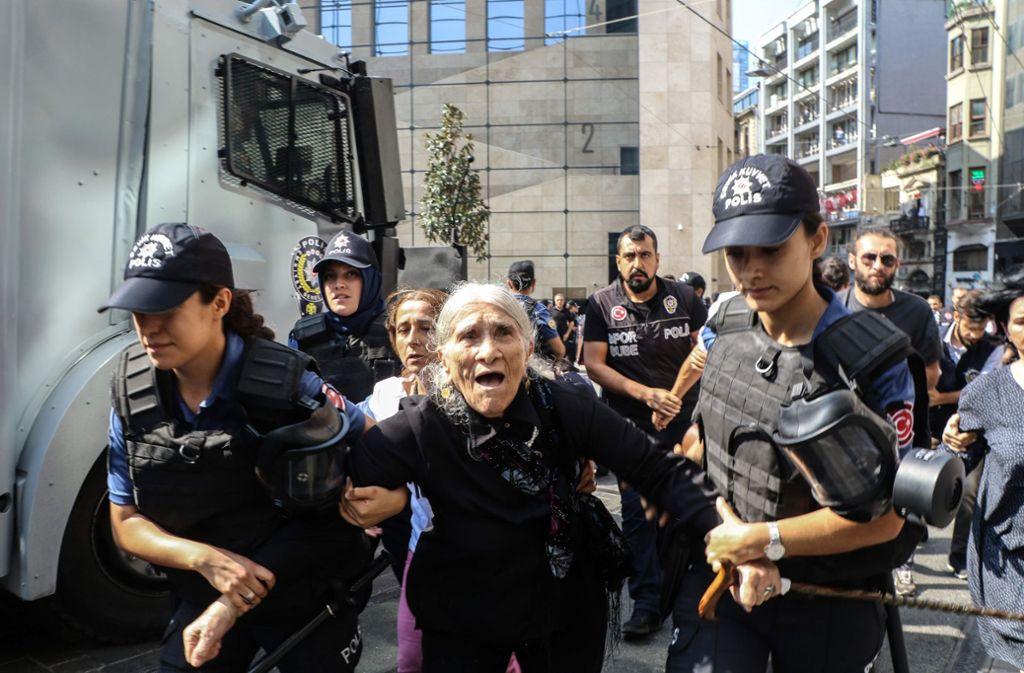 """Die Mitglieder der Friedensgruppe """"Samstags-Mütter"""" sind zum Teil deutlich älter. Foto: AFP"""