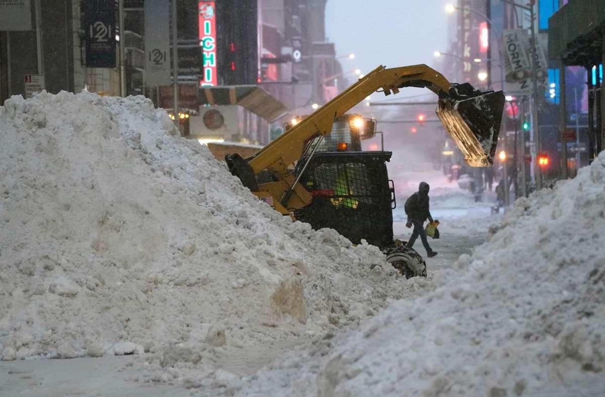 In New York kämpften sich Räumfahrzeuge durch die Schneemassen. Foto: AFP/TIMOTHY A. CLARY