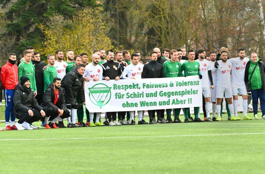 Die beiden Herrenberger Bezirksliga-Teams VfL und Türk SV riefen zu Respekt gegenüber Schiedsrichtern auf. Foto: /Kevin Schuon/KRZBB
