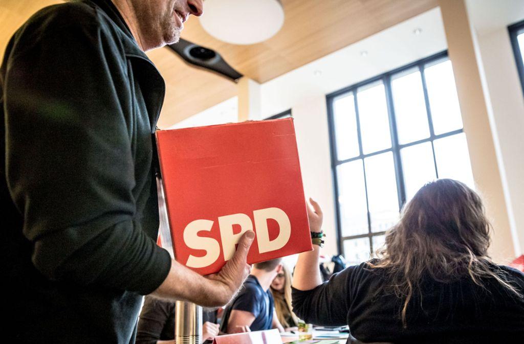 Helfer sammeln Wahlzettel ein bei der SPD-Versammlung in Stuttgart. Foto: Lichtgut/Julian Rettig
