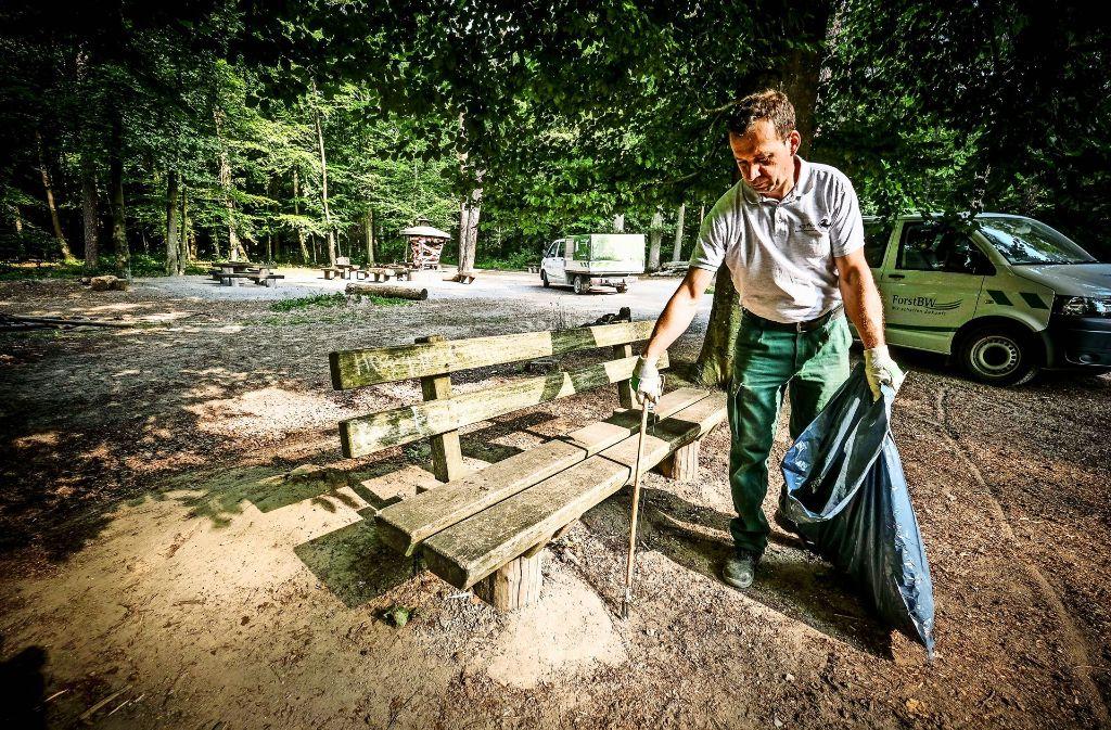 Ein Schwerpunkt der Vermüllung: Mitarbeiter der Abfallwirtschaft räumen im Unteren Schlossgarten auf. Foto: Lichtgut/Leif Piechowski