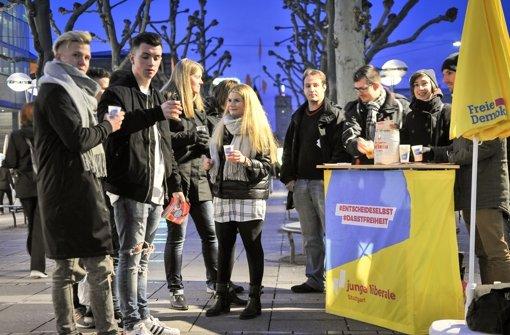 Jungliberale auf der Königstraße suchen  Abnehmer für ihr Freibier. Foto: Lg/Ianonne