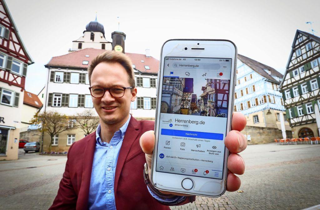 Die Nummer eins im Kreis: Nicolai Reith von der Stadt Herrenberg zeigt den neuen Instagram-Auftritt der Stadt. Foto: factum/Simon Granville