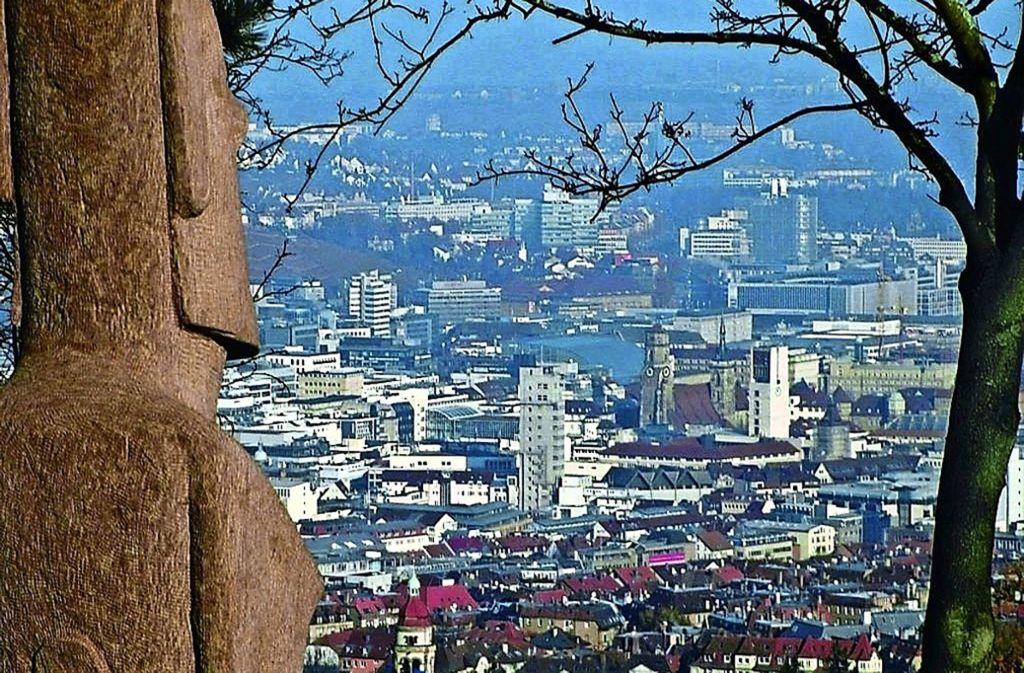 Vom  Santiago-de-Chile-Platz aus sieht man die Landeshauptstadt von oben. Diesen Blick wollen sich Anwohner durch den Neubau nicht nehmen lassen Foto: z/Bernd Möbs