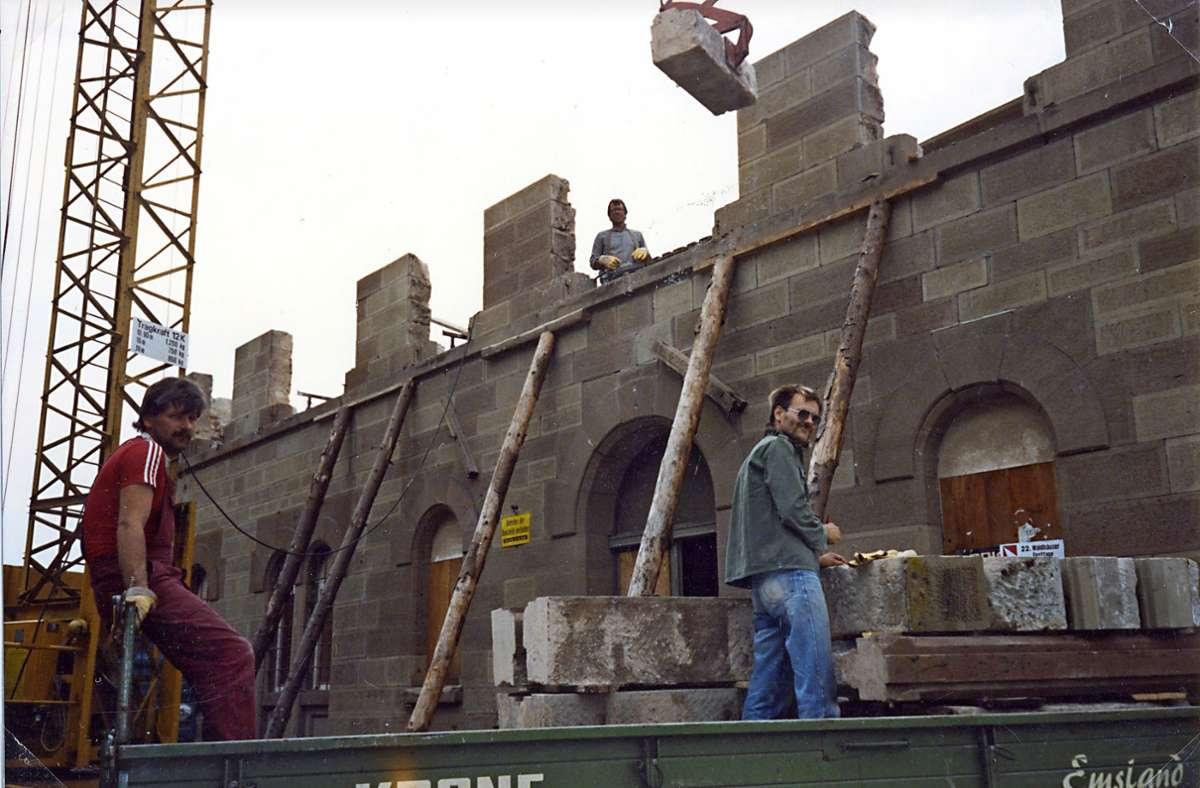 Ein Blick zurück: In den 190er-Jahren trugen der Breecher Georg Bläsi (rechts) und seine Helfer die Außenmauern des maroden Waldhäuser Bahnhofs in monatelanger Arbeit ab. Foto: privat