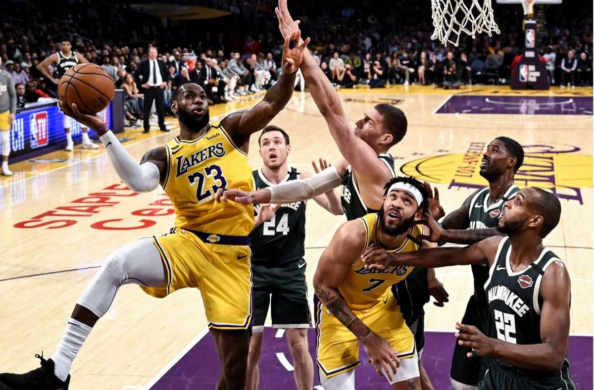 LeBron James (links) will mit den Los Angeles Lakers seine vierte NBA-Meisterschaft  gewinnen. Foto: imago//Ringo Chiu