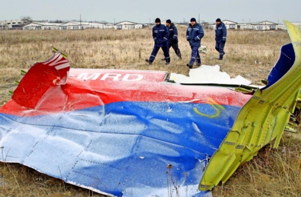 Die Wrackteile des Flugzeugs liegen verstreut auf den Feldern nahe des von Separatisten beherrschten  Dorfs Grabowo. Foto: dpa (2),  Gathmann