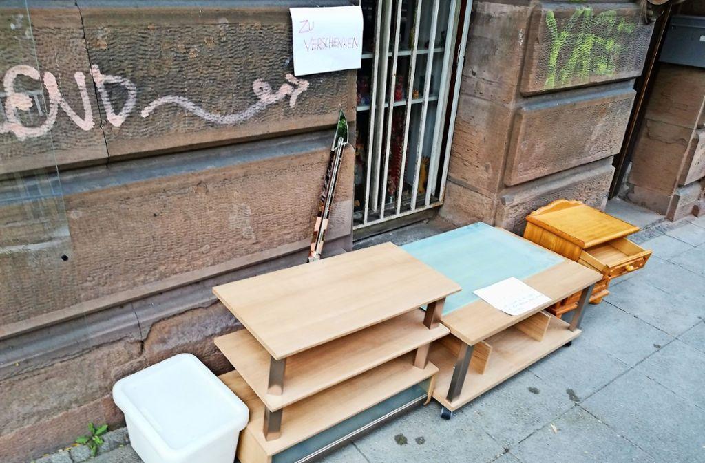 Wer sich in Stuttgart neu einrichten will, wird bisweilen bei einem Spaziergang fündig. Entlang der Hohenheimer Straße etwa warteten Möbel darauf, mitgenommen zu werden. Foto: Cedric Rehman