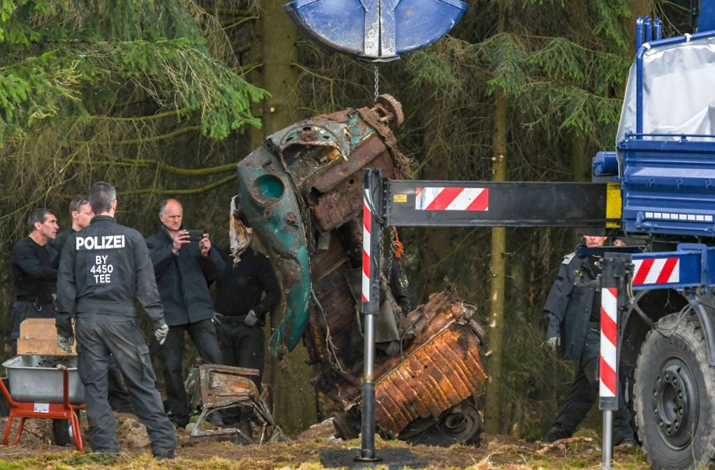 Der Fundort des Wagens liegt direkt an einem Forst. Foto: dpa