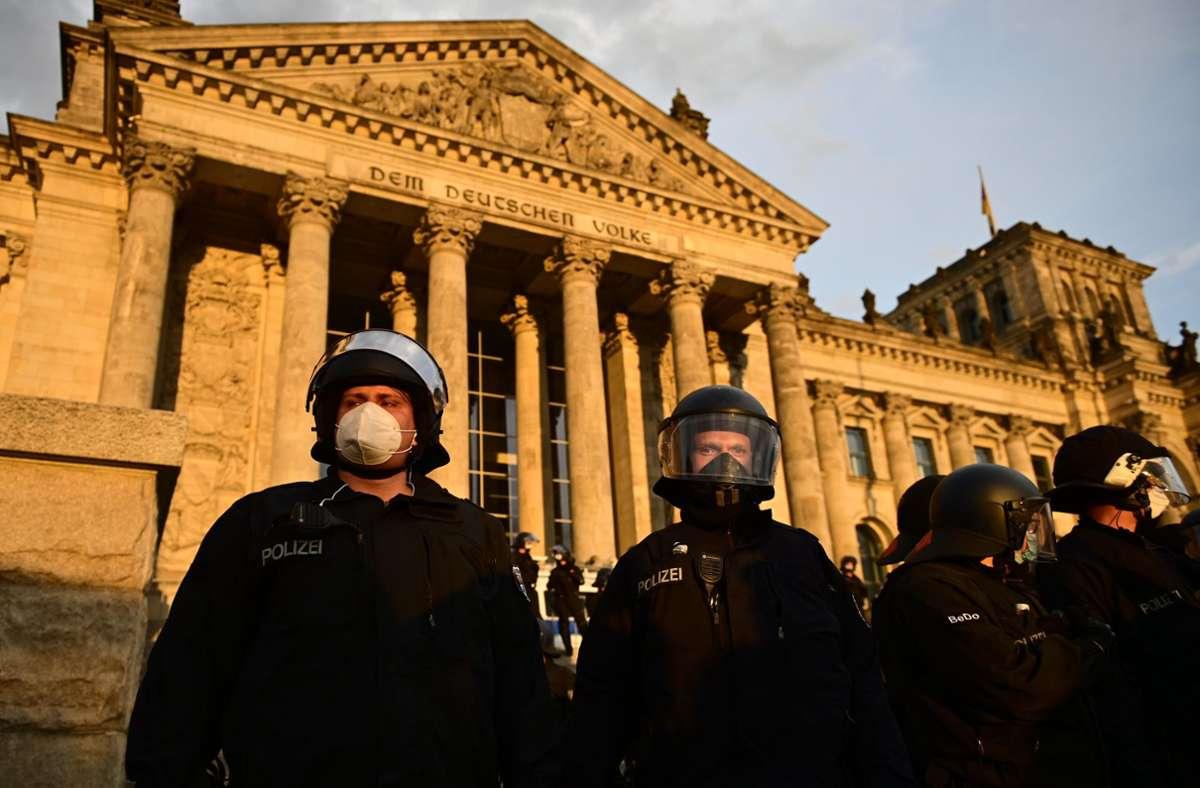 Die Bundesregierung will verstärkt gegen Rassismus und Extremismus vorgehen. (Archivbild) Foto: dpa/Fabian Sommer