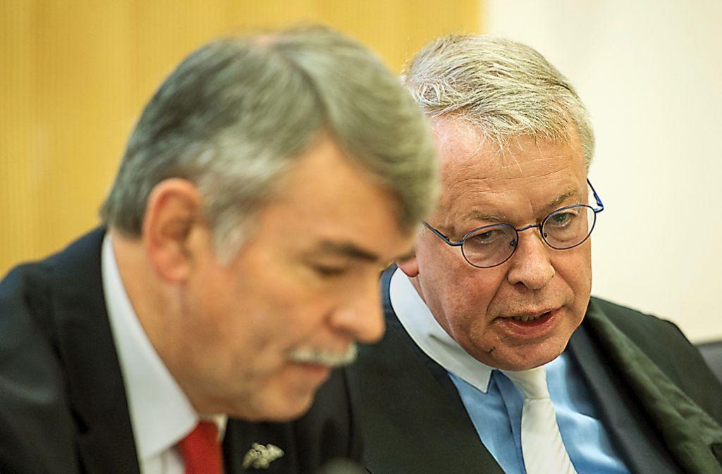 Fürsprecher des gründlichen Richters: Strafverteidiger Gerhard Strate (rechts, mit Mandant Mollath) Foto: dpa