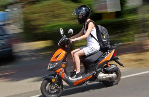 Auto rammt Motorroller