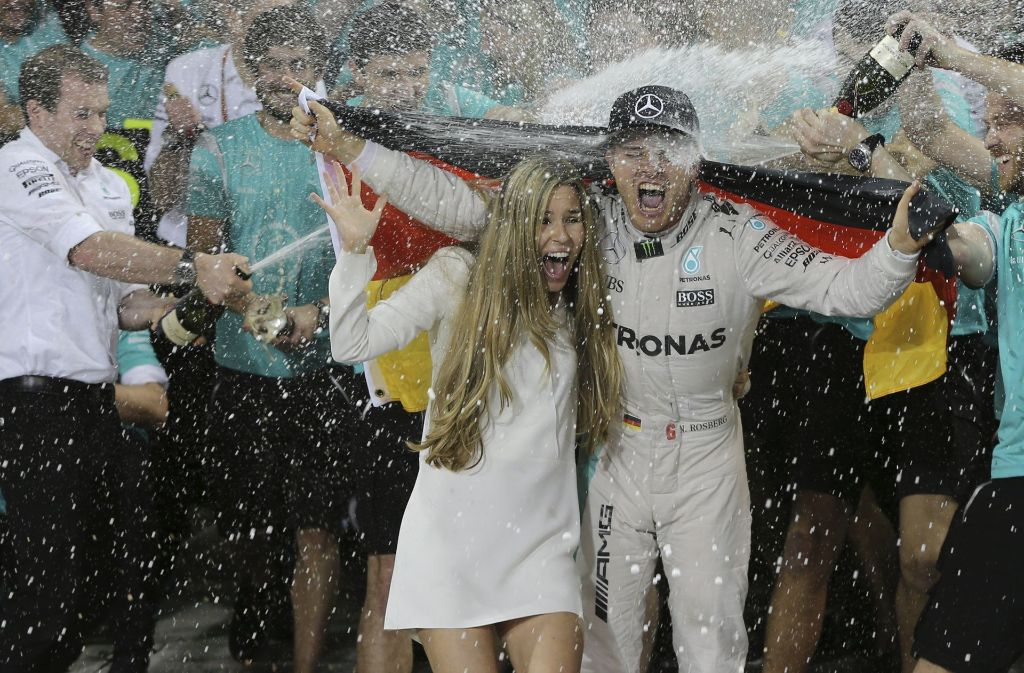 Nico Rosberg feiert seinen Titel – natürlich mit seiner Frau Vivian. Foto: AP