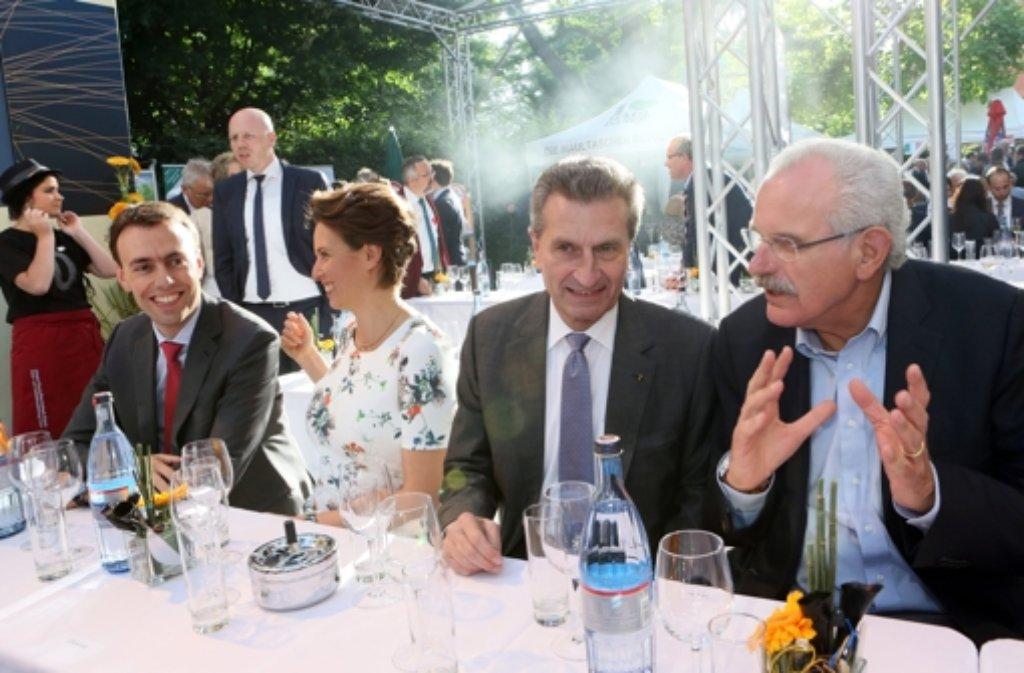 Stallwächterparty in Berlin (von links): Finanzminister Nils Schmid (SPD), seine Frau Tülay, EU-Kommissar Günther Oettinger und Fernsehmoderator Ulrich Deppendorf  Foto: dpa