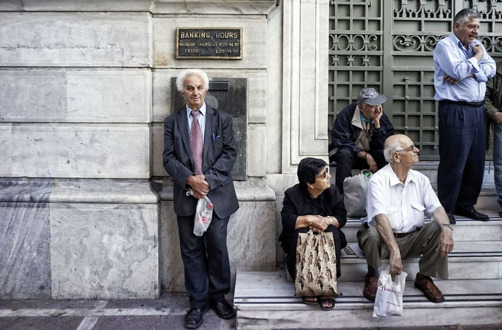 Die griechische Bevölkerung wartet vergeblich auf die Rettungsmilliarden: Rentner vor der National-Bank in Athen. Foto: Getty