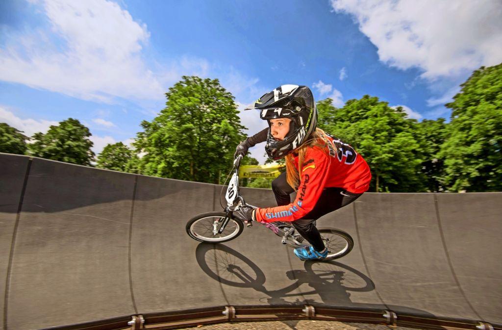 Rasend schnell: Sandra Pavokovic auf ihrem BMX-Fahrrad Foto: Martin Stollberg