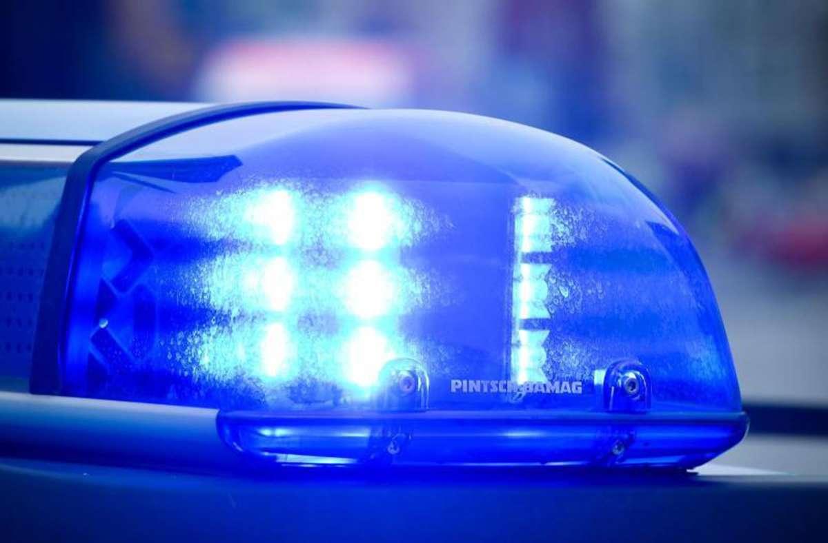 Die Polizei Sindelfingen sucht nach einem offensiv fahrenden Mann, der in Aidlingen fast einen Motorradfahrer berührte Foto: Patrick Pleul/dpa