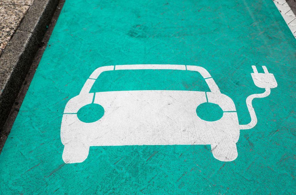 In der Landeshauptstadt wird es bis 2021 fast 700 neue Ladeplätze für E-Autos auf öffentlichen Flächen geben. Foto: dpa/Jan Woitas