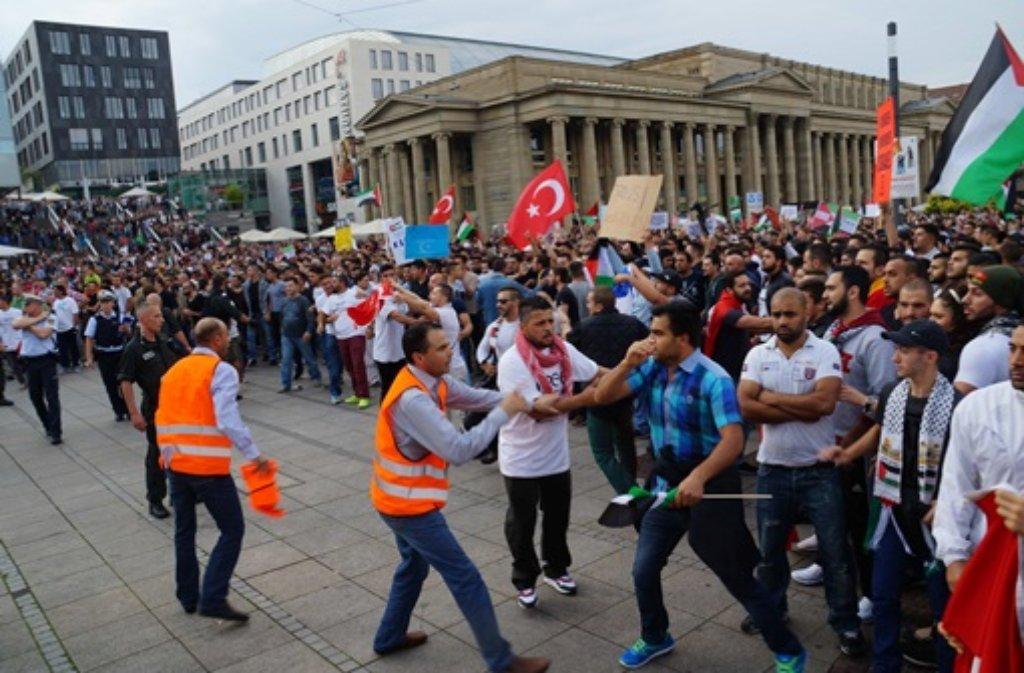 Auf dem Schlossplatz in Stuttgart kam es Samstag zu Zusammenstößern zwischen verschiedenen Demonstranten-Gruppen. Die Polizei musst eingreifen. Foto: FRIEBE PR