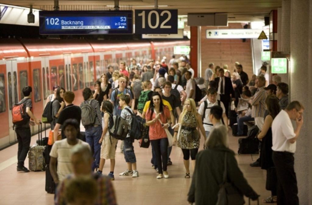Die Deutsche Bahn, der Verkehrsverbund Stuttgart  und der Verband Region Stuttgart werden Anfang Oktober über die Lage der S-Bahn debattieren. Foto: